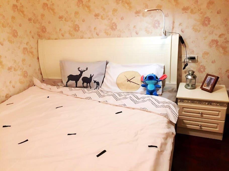 1.8m双人床,还有一盏可触碰式的小夜灯