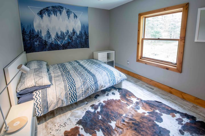 Private Bedroom in Huntsville Chalet
