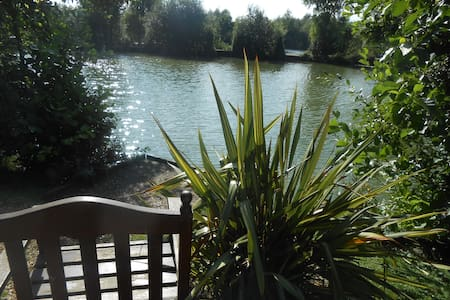 Lily Lake Yurt private HOT TUB set by lake. - Hatfield Peverel - Iurta