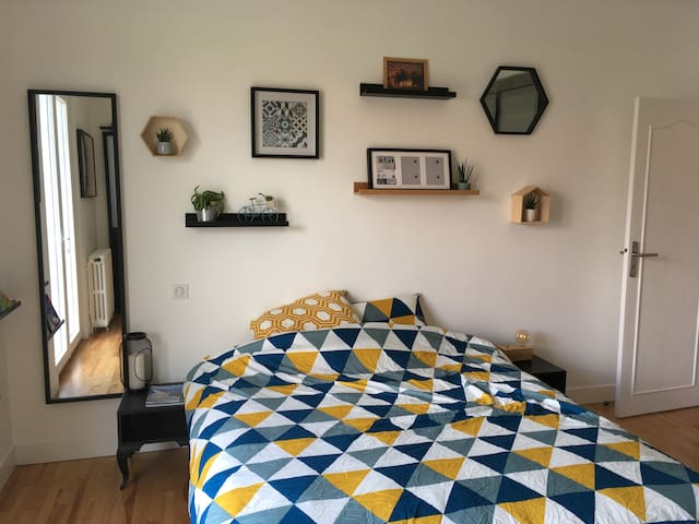 La chambre entièrement rénovée avec son lit (160cm) et ses tables de chevet