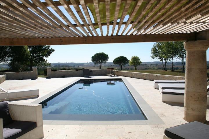 Une Maison  à la campagne avec piscine