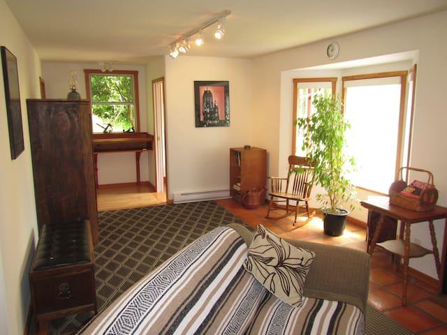 Grasshoper Guest House - Quadra Island BC