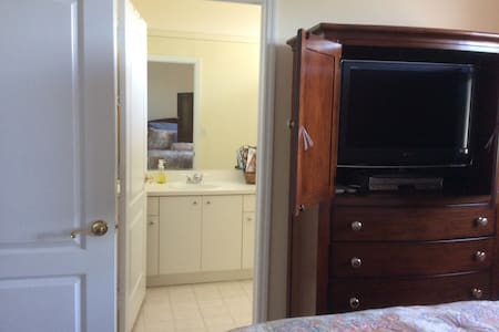 Private room and bathroom in Doral. Female guests - Doral