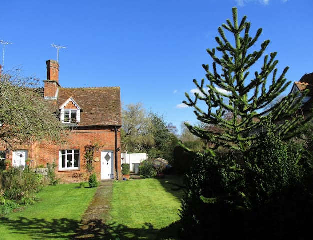 Cosy country cottage set in  beautiful village.