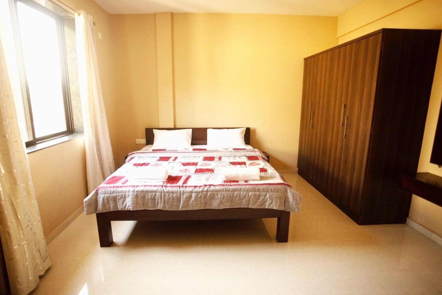 bedroom with kingsize double bed, 2 big cabinets, airconditioning and a dressing table.