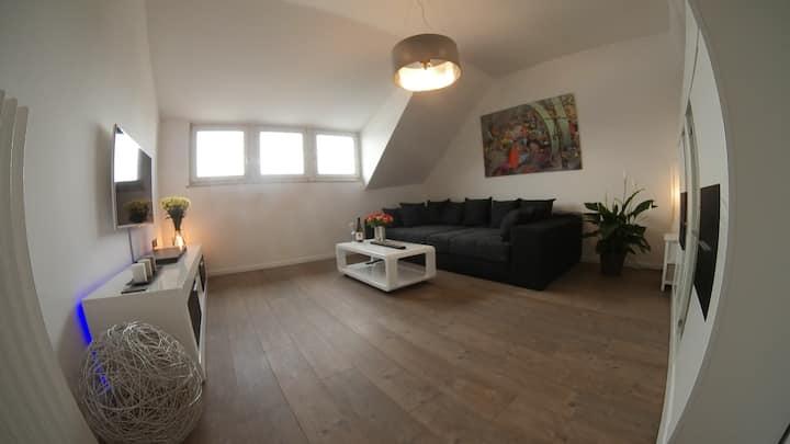 Moderne 2 Z. Design Wohnung komplett neu möbliert.