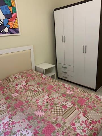 quarto 1 de fundos, cama casal + armário