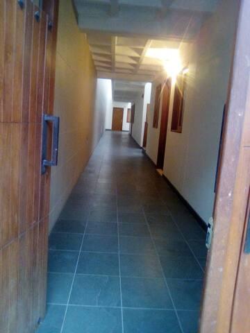 Pasillo primer piso entrada principal.