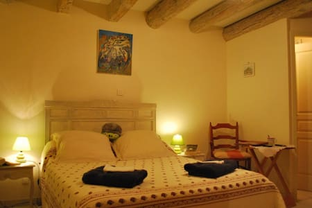Ancienne maison vigneronne, chambre - Saint-Victor-la-Coste - Bed & Breakfast