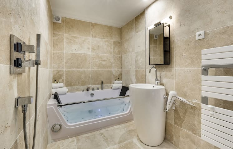 NEW - Cocoon suite with Jacuzzi