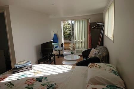 Private and clean studio in middle of North Shore