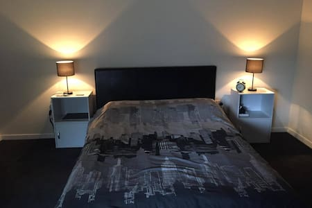 Modern spacey master bed room close to Parramatta - Rosehill