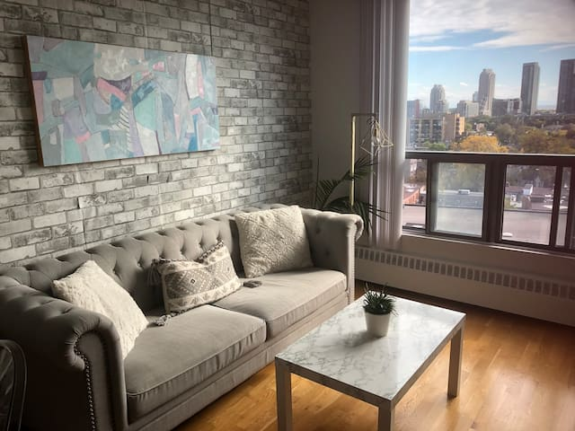 Chic Queen West 1BR Apartment Toronto