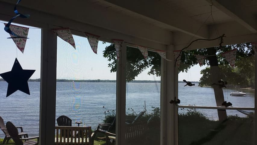 LAKESIDE 4 BRM VINTAGE FAMILY 2 STORY SUMMER HOME - Chazy - Huis