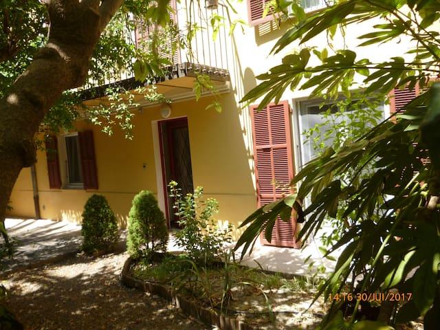 Rez de jardin villa ni oise lib ration 10mn mer in nice for Jardin villa ratti nice