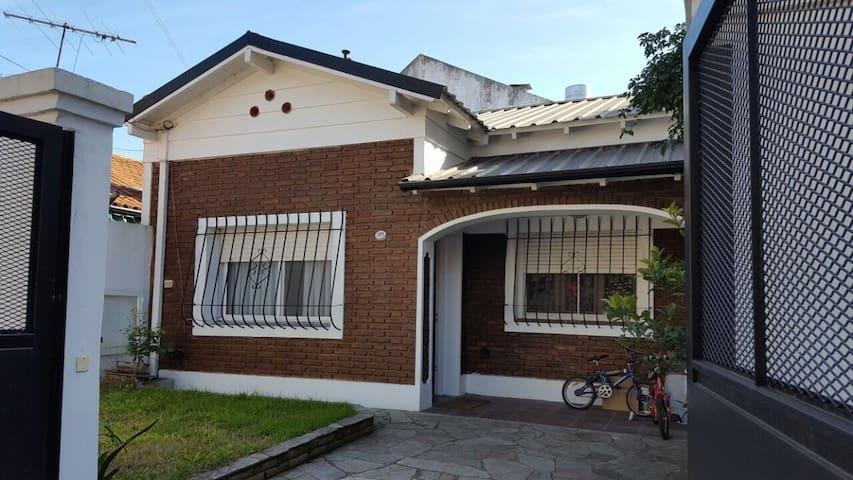Casa típica de barrio de zona norte - Olivos - Rumah