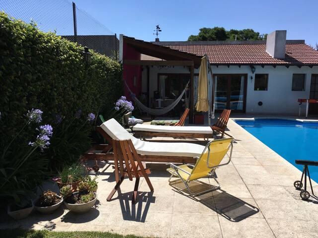 Casa muy linda con quincho y pileta en Tandil - Tandil - Huis