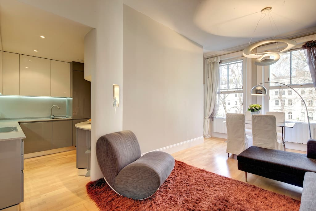 Very bright Reception Room with access to kitchen, view from the entrance door. The view from the windows is on the lovely garden square.