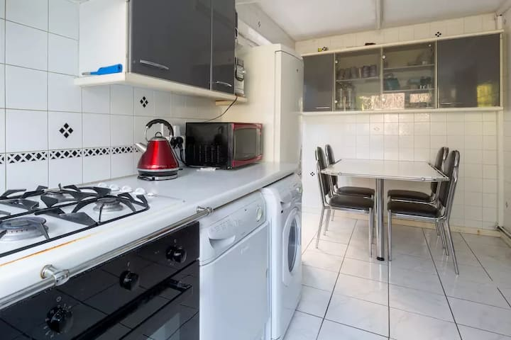 Large Double Bed Exec House quiet leafy near city