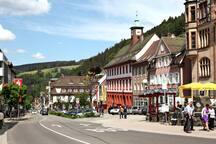 Der Triberger Marktplatz mit Rathaus / triberg market square with its town hall     ©Stadt Triberg