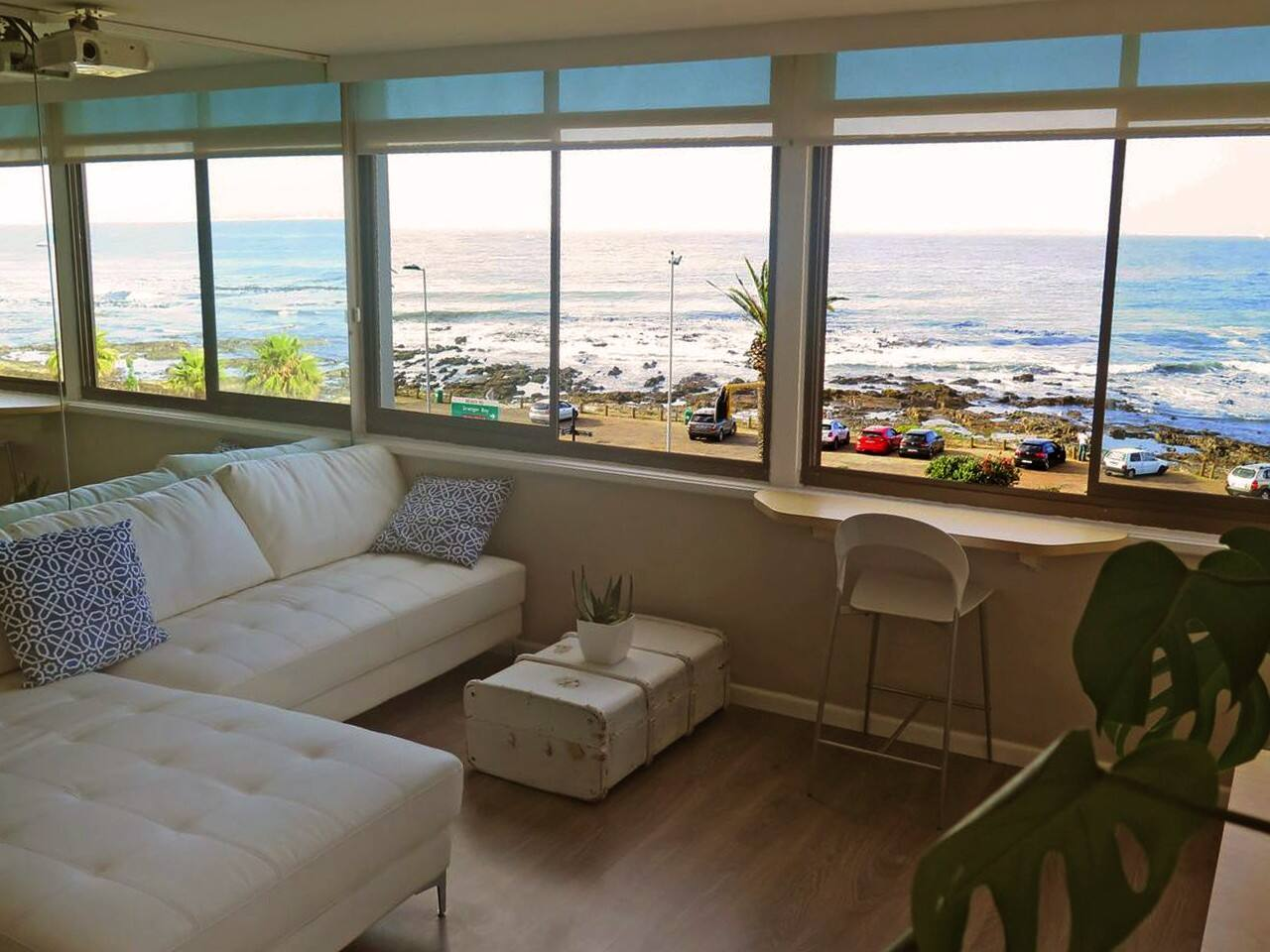 Uninterrupted view of the ocean from any position in the apartment