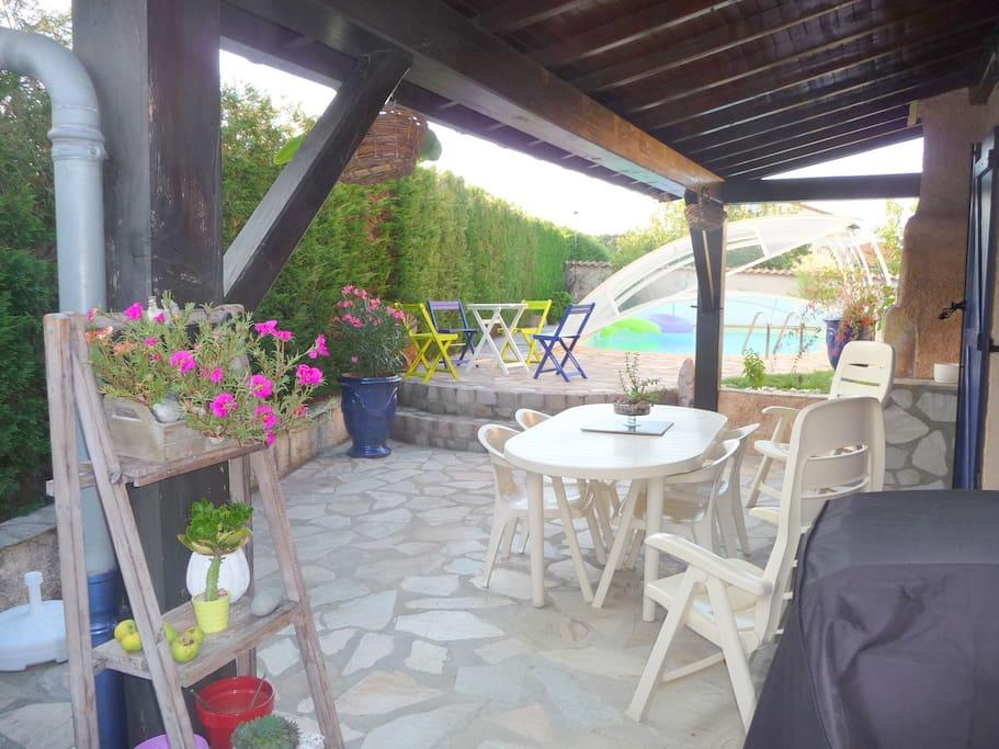 Terrasse d'été avec vue sur piscine couverte