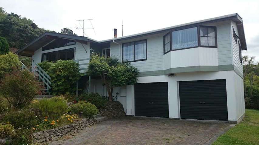 Comfy Bed w/View & Breakfast in our Family Home - Lower Hutt