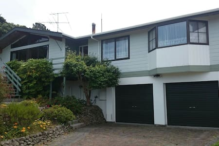 Comfy Bed w/View & Breakfast in our Family Home - Lower Hutt - Dom