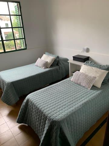 Dormitorio planta baja con 2 camas individuales
