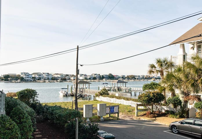 Bayview-Charming condo in central Wrightsville with water views of Banks Channel