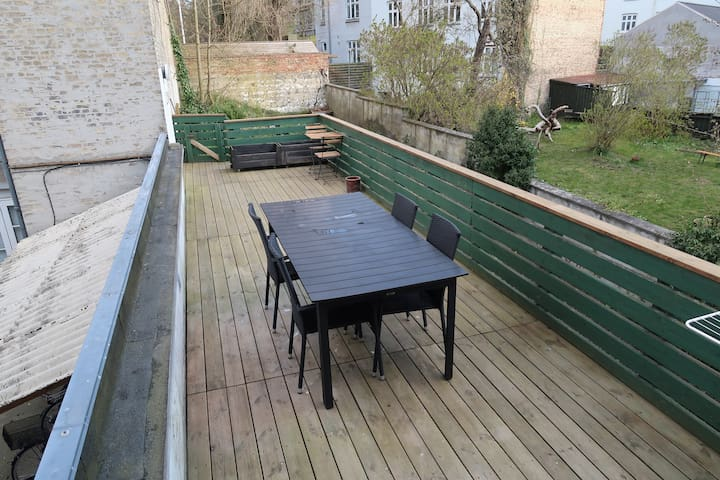 Centraltbeliggende lejlighed med stor terrasse