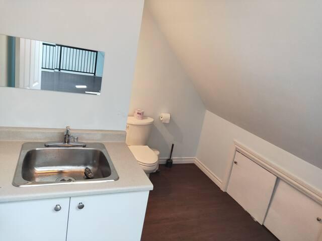 Full bathroom 3 with kitchenette (upper level)