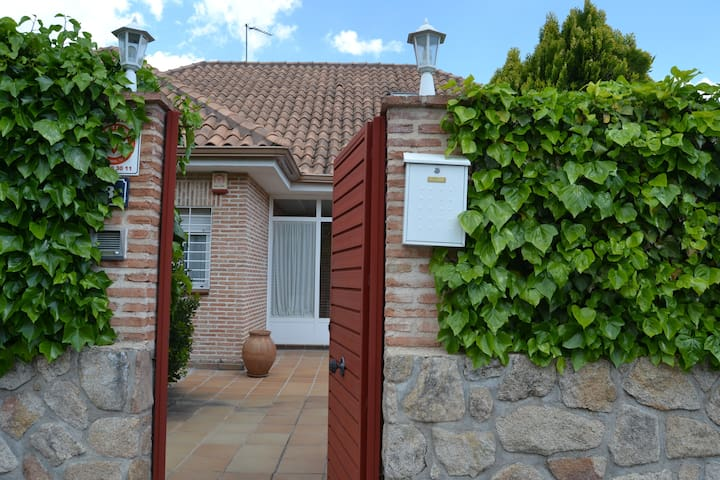 Nice room in  quiet area, near Madrid....!!!! - Villanueva del Pardillo - House