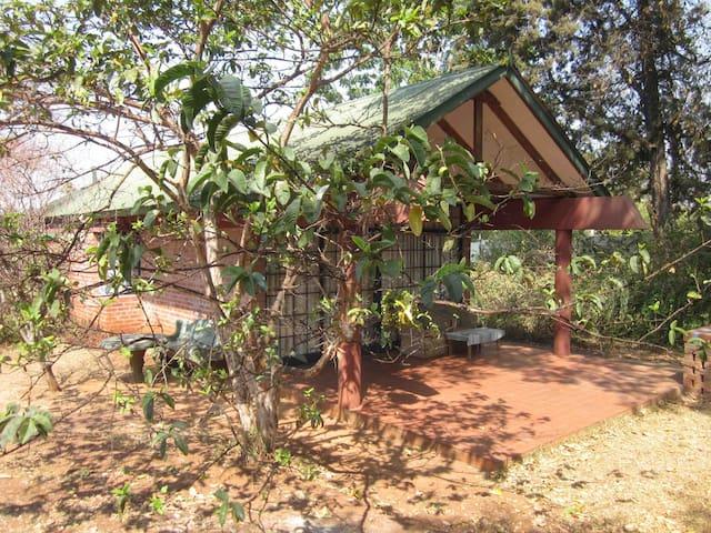 Weaver cottages set in pretty garden - Хараре - Гостевой дом