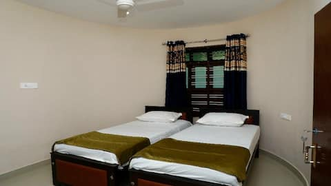 WE HAVE 2 AC/NON AC ROOMS IN THE HEART OF MUNROE ISLAND WITH BOATING AND PARKING FACILITIES