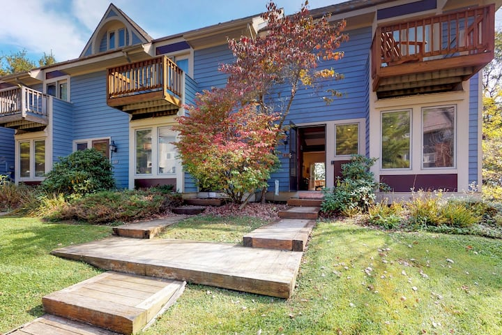 Ski-in/ski-out townhome w/private hot tub, fireplace & lake access