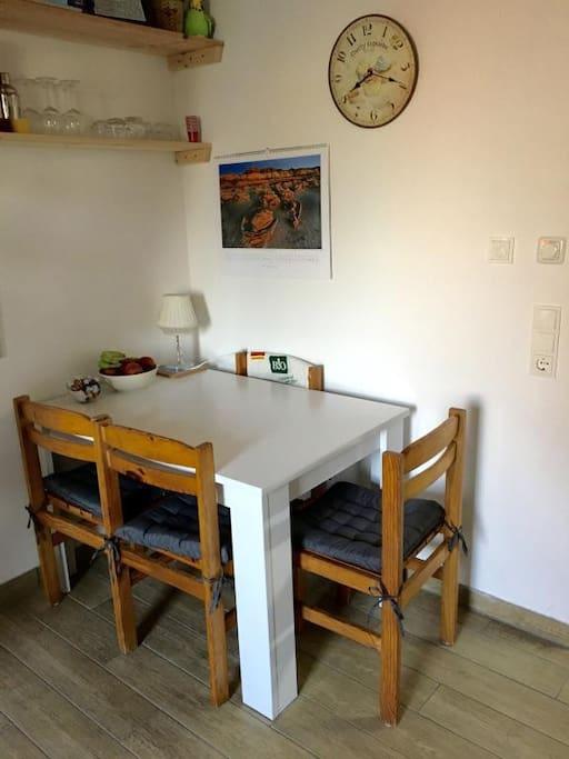 Essbereich mit genug Platz für 4-5 Personen
