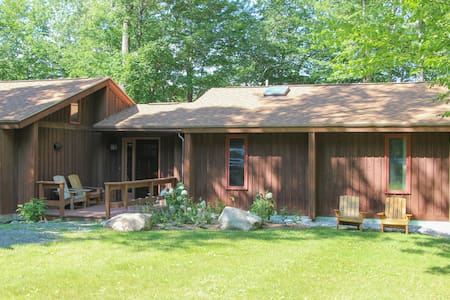 Quiet, Comfy Home near Stratton and Leaf Peeping - Jamaica