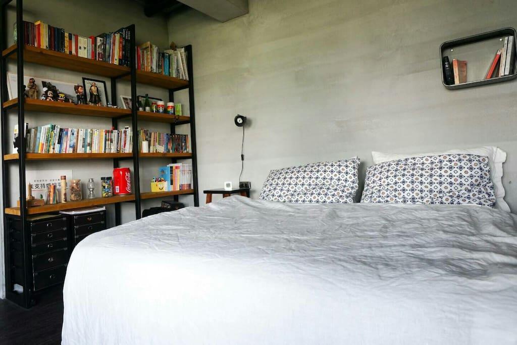 細緻的天絲亞麻寢具搭配整面書牆