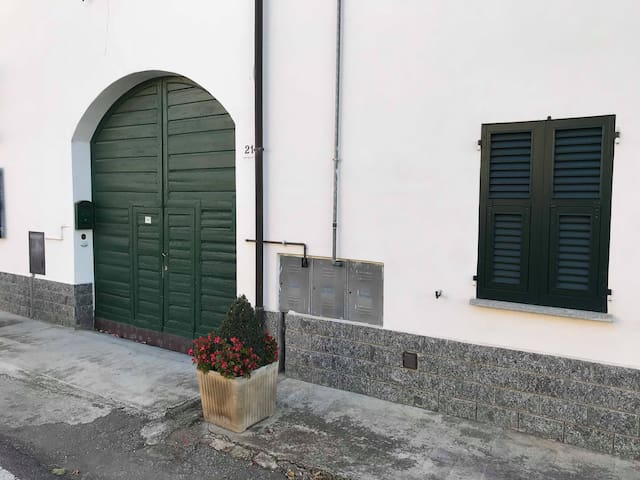 Entrata sul cortile / Entrance on the courtyard