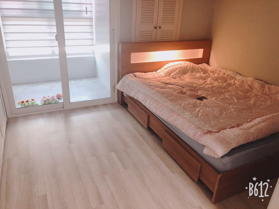 침실에는 퀸사이즈 침대가 있으며 콘센트와 무드등 일치 형으로 편리해요