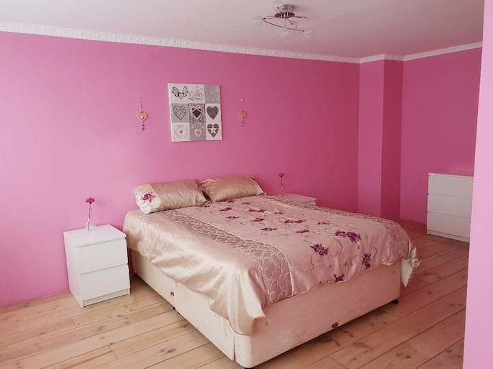 HUGE PRIVATE BEDROOM IN LARGE HOUSE *FEMALE ONLY*