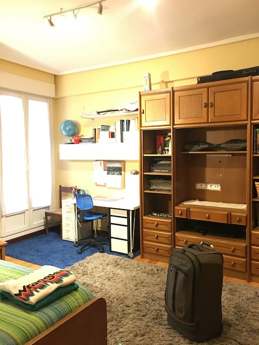 cama , secreter y armario
