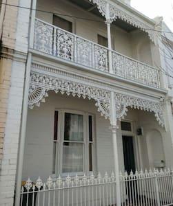 靠近City,墨大,独立house,Bill全包,内部精装修,环境超好,拎包即住 - North Melbourne