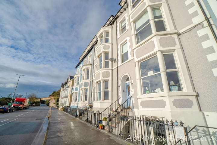 Superb One Bedroom apartment, close to the beach