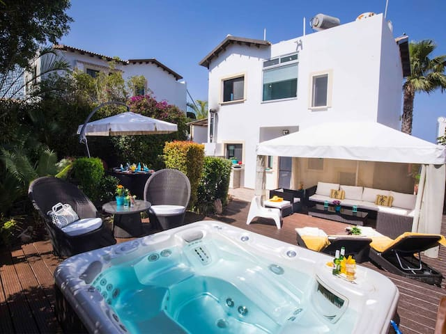 4bed villa with pool and jacuzzi.Amazing location