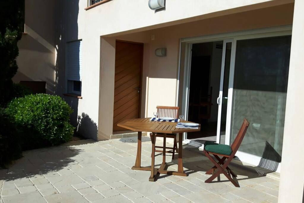 coin terrasse avec l'entrée et la baie vitrée du salon