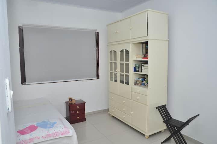 Lindo quarto confortável em casa familiar