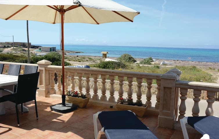 Holiday cottage with 4 bedrooms on 86 m² in Ses Covetes