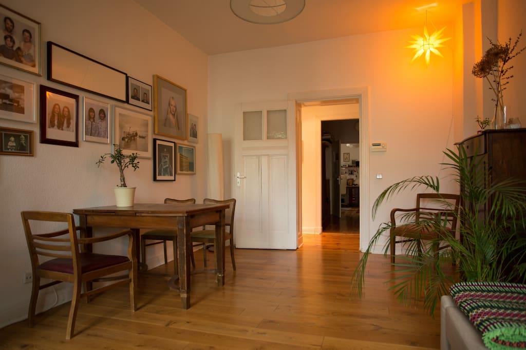 Zimmer mit Großem Esstisch